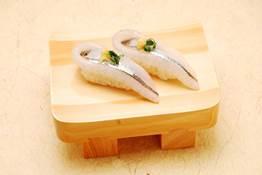 この時季の光もの、サヨリの握り鮨 提供:築地玉寿司
