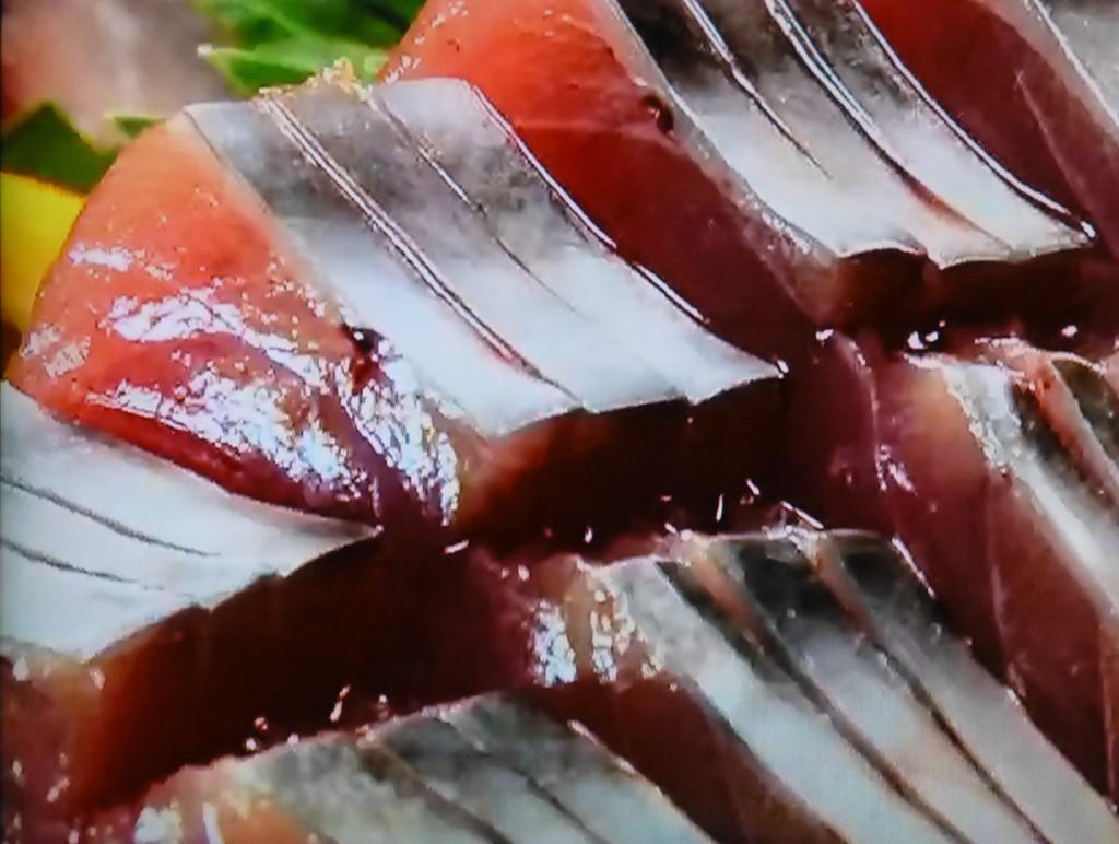 銀皮造り 初がつおの腹身は皮つきのまま刺身にするとおいしい。 すりおろした生姜とともにいただく。