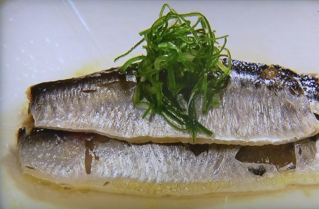 塩でつくると身が光ったように。青魚特有のいわしの臭みは酢を少し加えて煮ると消える。1尾に小さじ半分ほどの塩と、日本酒を加えると旨みがひき立つ