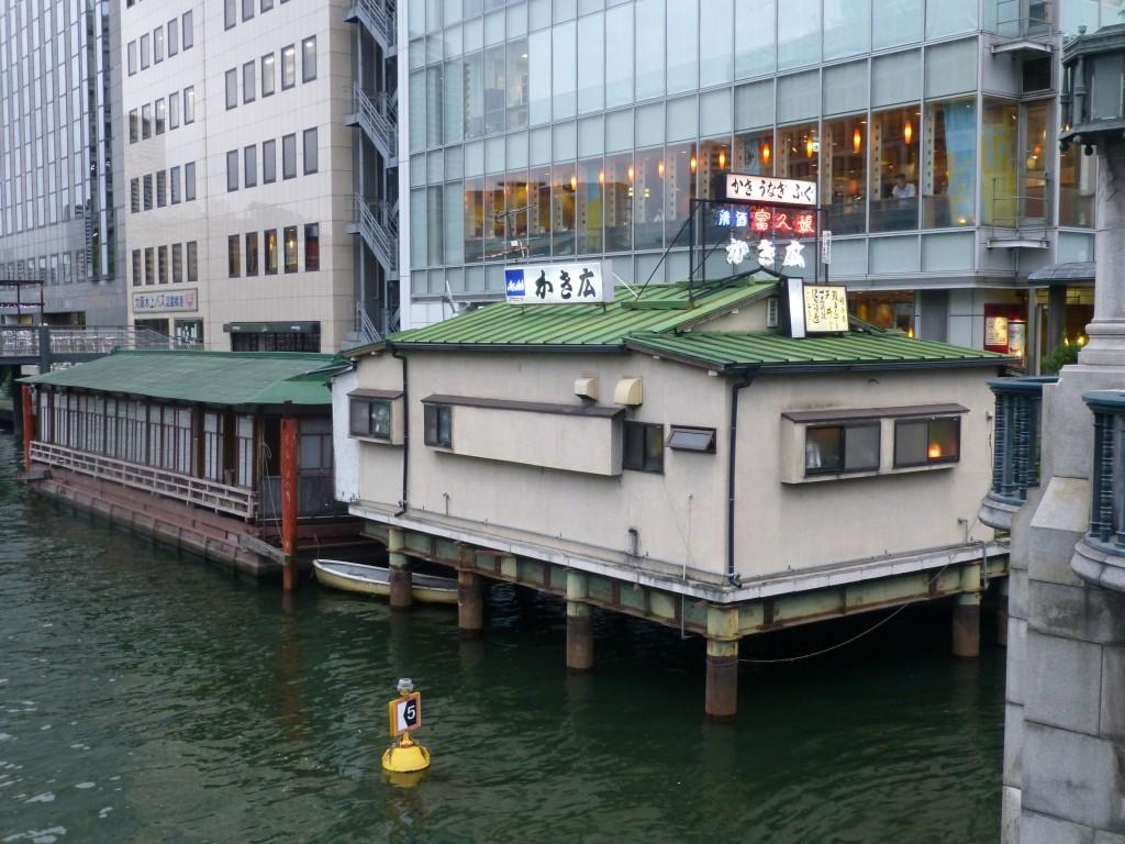 大阪・淀屋橋の畔に今も見られる「かき舟」の名残り
