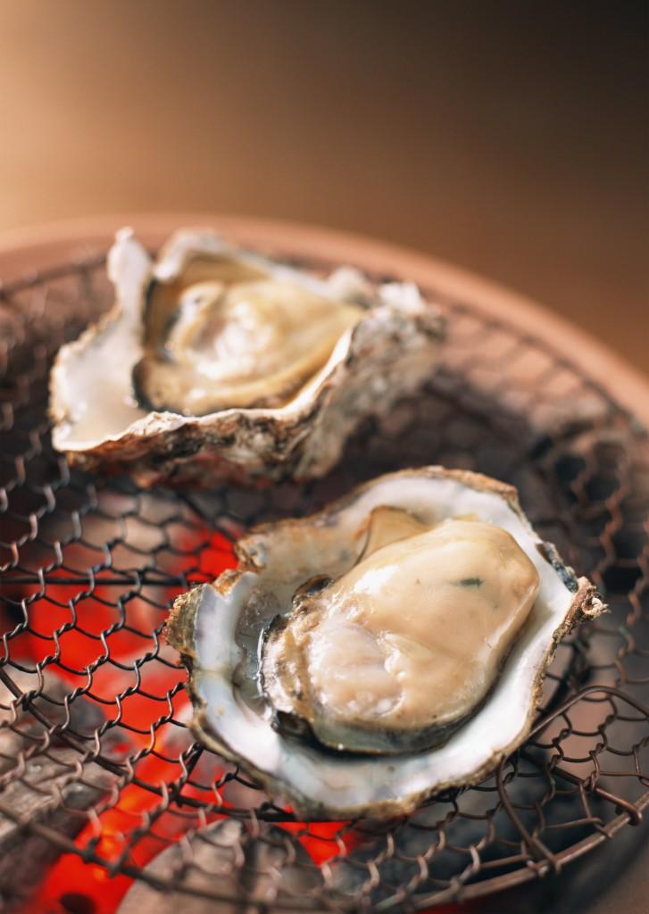 殻からジュッと汁がこぼれ、芳しい香りがあたりに広がるような焼きガキ