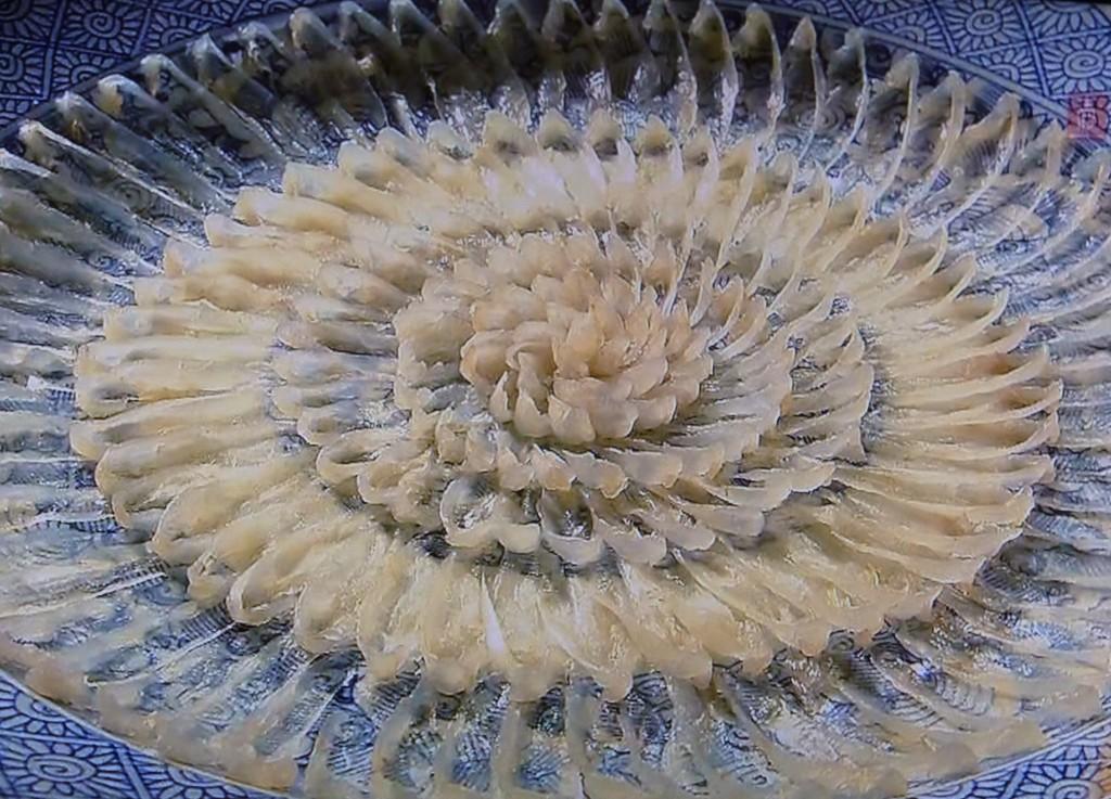 華やかな大輪を咲かせるふぐ刺し。熟成し旨みがでるのを待って刺身にする。ぎりぎりまで薄くひかれるのは、皿の模様を愉しみながら身の硬いふぐを美味しくいただくため。