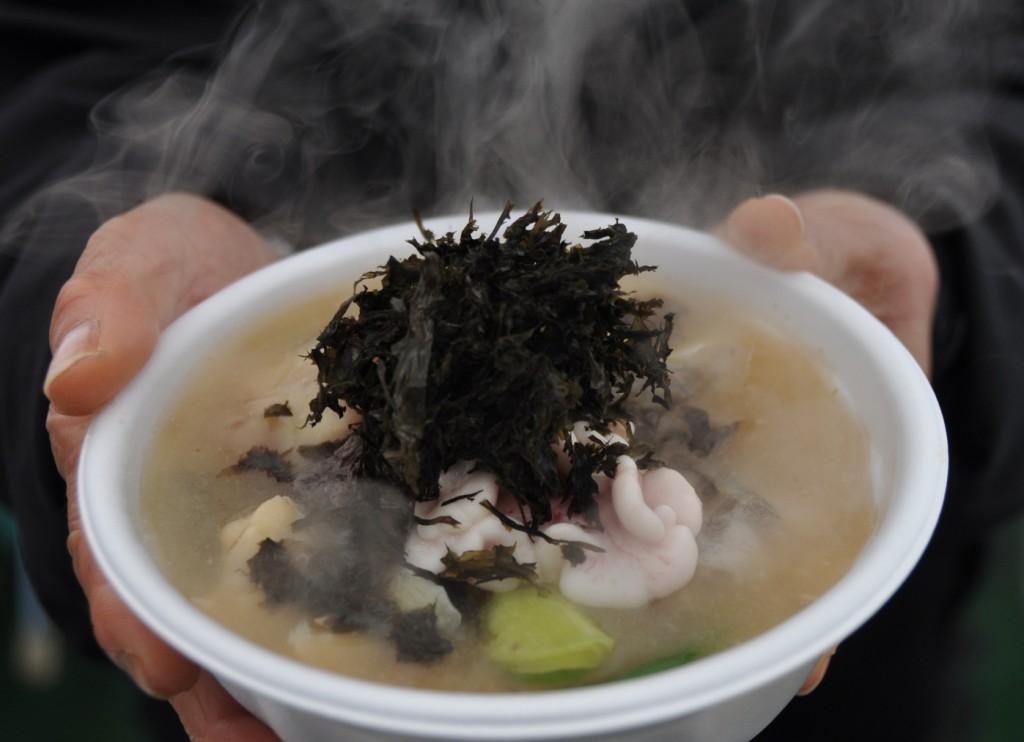 寒ダラのどんがら汁。タラの旨みすべてが溶け込んだ汁は極上。岩ノリを入れて食べるのが庄内風。(酒田市提供)